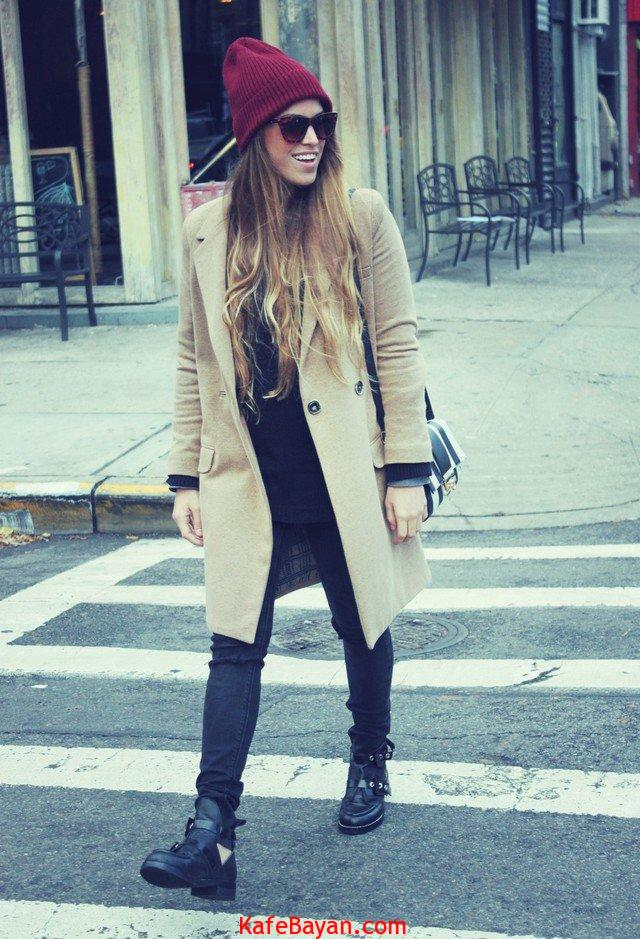 Maroon-Hat-with-A-Beige-Trench-Coat